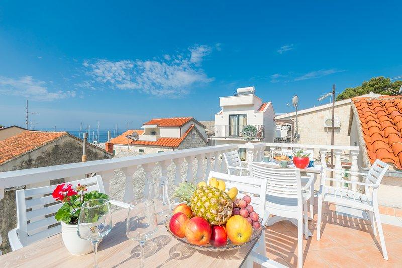 Nice apt with sea view & terrace, casa vacanza a Baska Voda