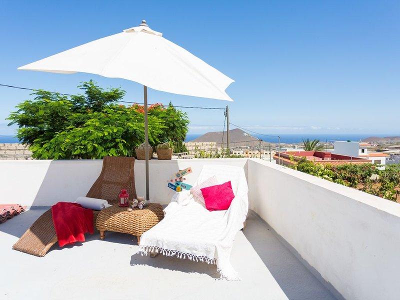 Nice house with sea view & terrace, aluguéis de temporada em Arafo
