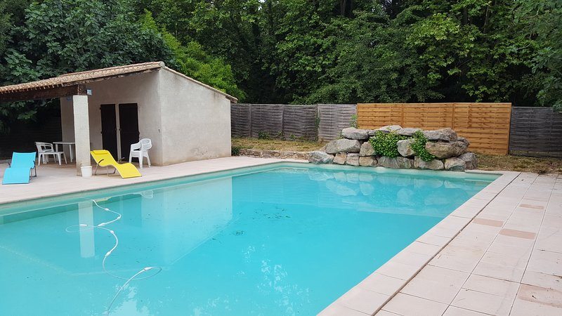 Amazing house with shared pool, location de vacances à Lagrasse