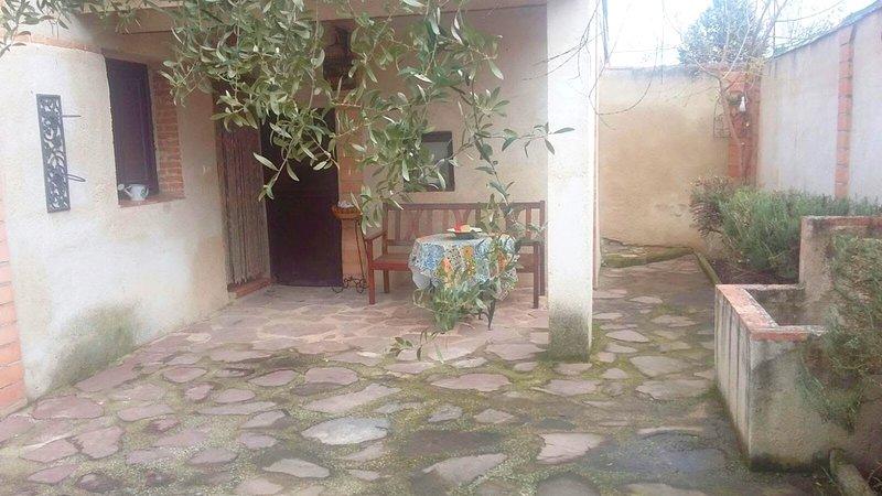 Spacious house in Bernuy, location de vacances à La Mata