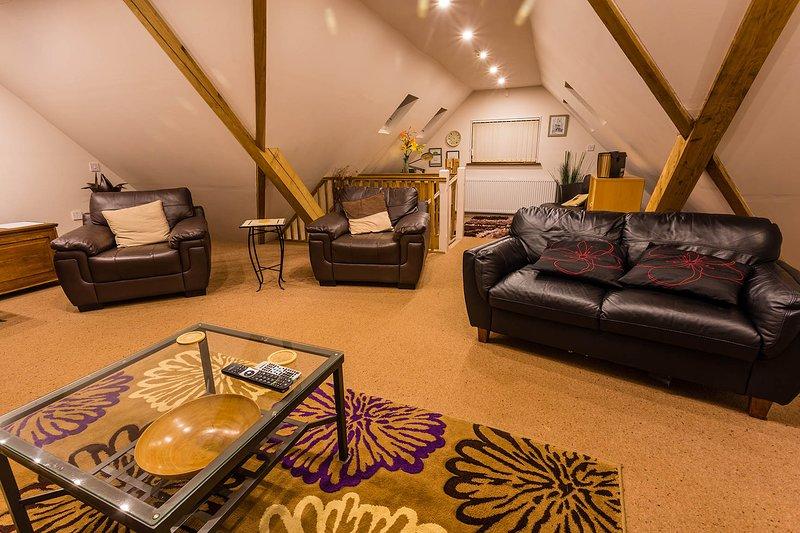 Le salon spacieux est à l'étage avec des sièges confortables pouvant accueillir jusqu'à 6 personnes.