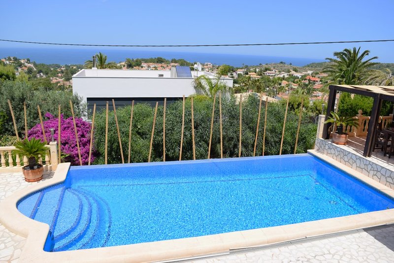Spacious villa with swimming-pool, vacation rental in Denia
