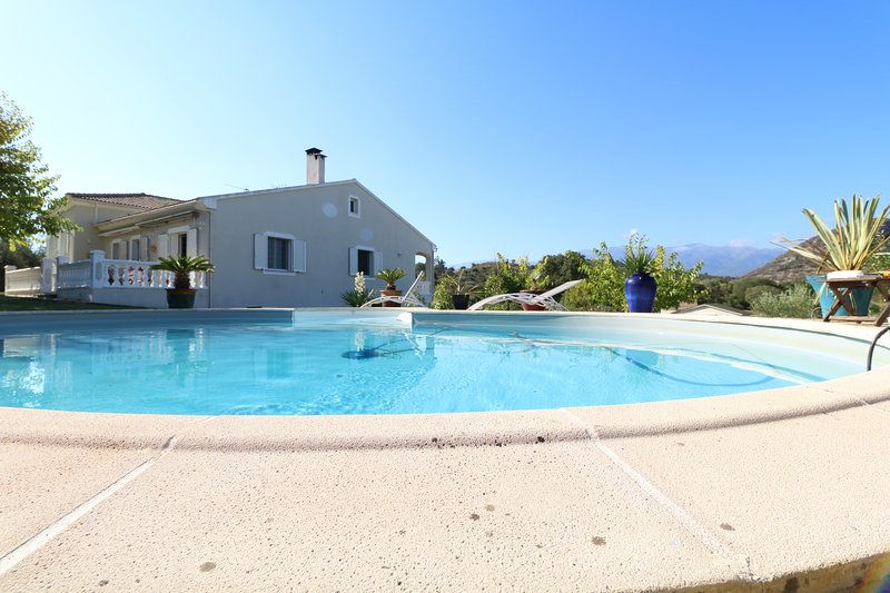 Spacious villa with shared pool, aluguéis de temporada em Olmeta di Tuda