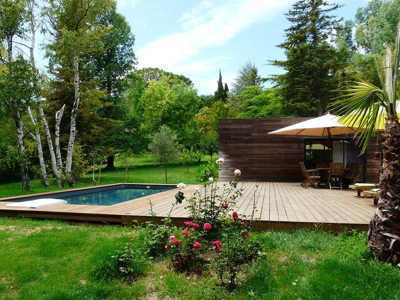 Fachada, jardín y piscina