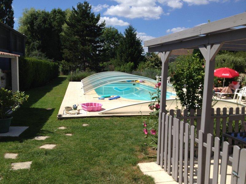 Beautiful studio with swimming-pool, location de vacances à Ternant