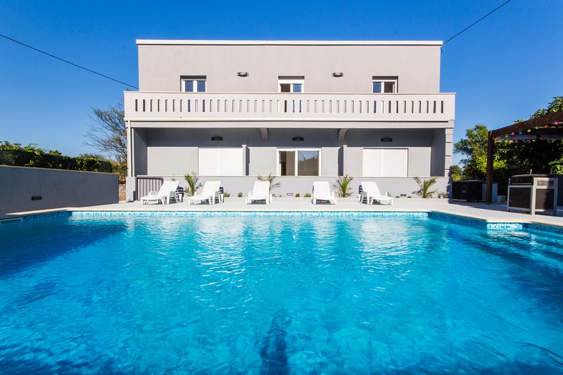 Spacious villa with swimming-pool, location de vacances à Pomer