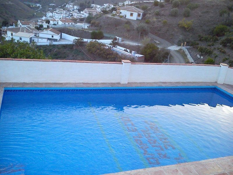Big house with swimming-pool & Wifi, holiday rental in Benamocarra