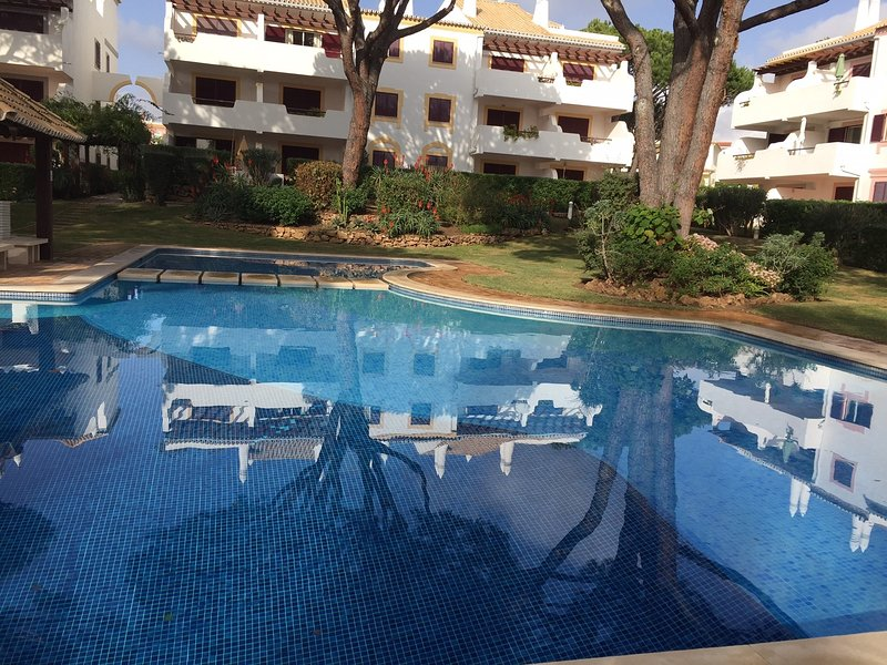 Two bedroom, two bathroom apt in secured condo close to Old Village Vilamoura, vacation rental in Vilamoura
