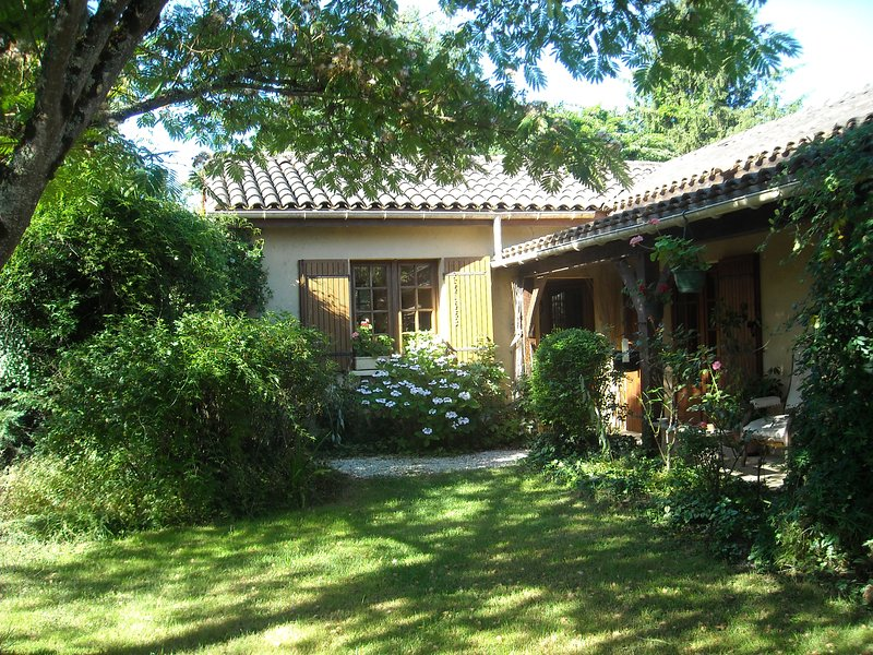Amazing house with swimming-pool, vacation rental in Bourniquel