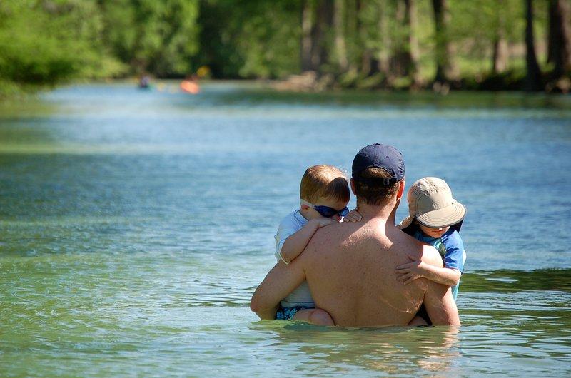 Grymt flod tillgång och djupa simning hål på Shade Ranch i Wimberley