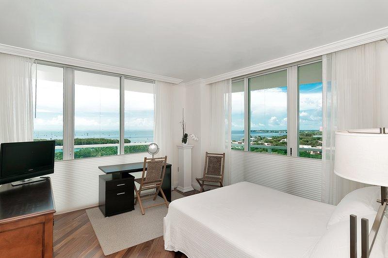 chambre principale avec un magnifique vue sur la baie