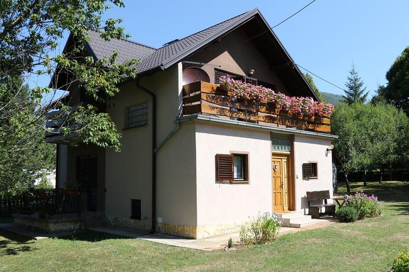 Holiday Home Iris near Plitvice Lakes, casa vacanza a Plitvice