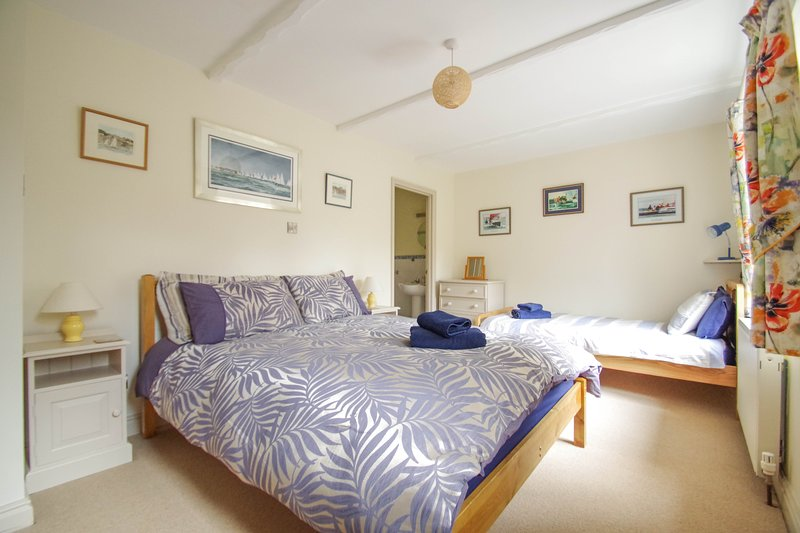 Charming Comfortable Cottage, edge of Old Village, close to shops, park & beach, holiday rental in Bonchurch