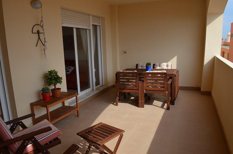 Apartamento nuevo, a 300 m de la playa, con piscina y con plaza de garaje. Dispo, alquiler vacacional en Palomares