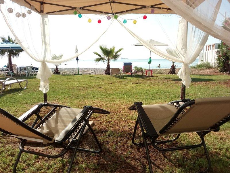 ★ Beach House - Right on the Sea! ★ FIRST LINE ★ 2BD / WiFi / AC, alquiler vacacional en Oroklini