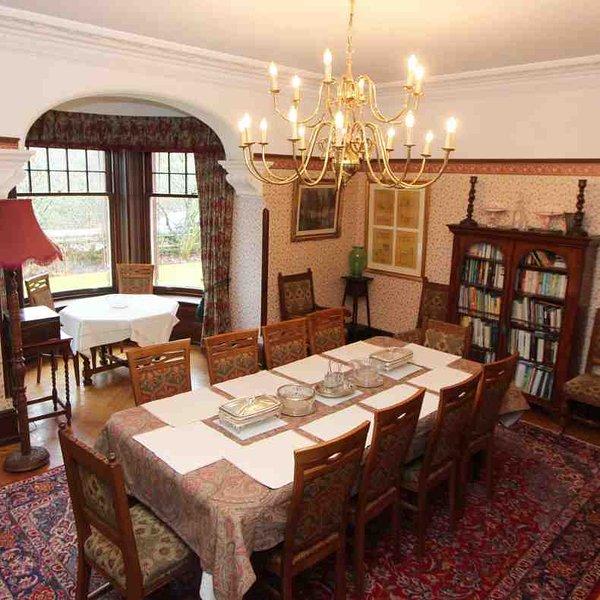 La salle à manger de style traditionnel avec des sièges pour dix