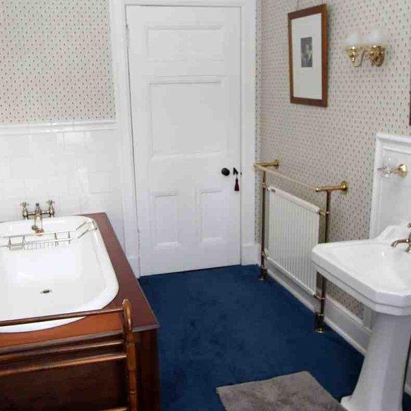 Salle de bains attenante à la chambre 1 (ou partagée par la porte de la salle)