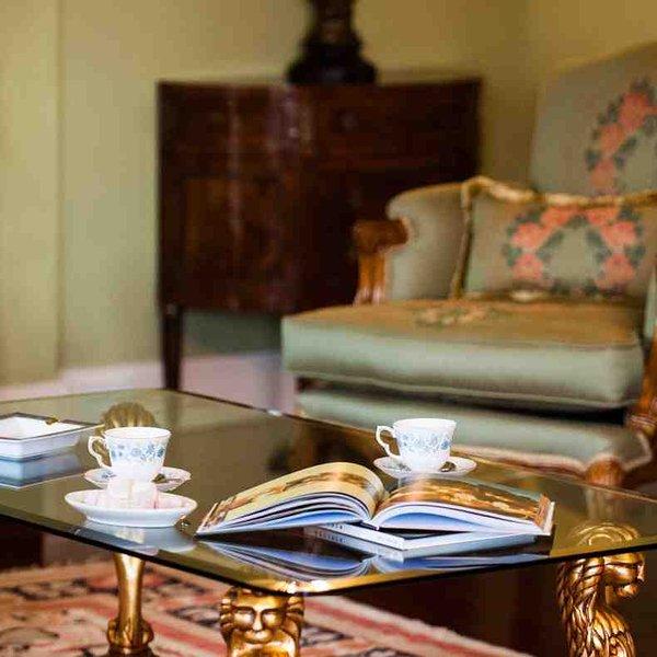 Le thé et le gâteau dans le salon