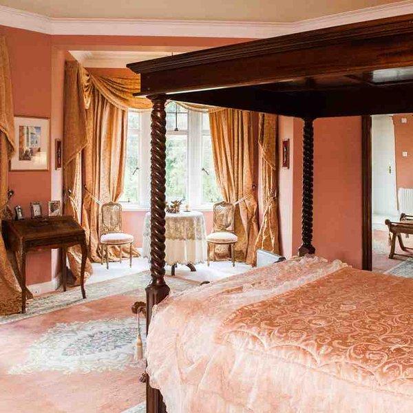 Chambre 1, la chambre principale avec lit à baldaquin