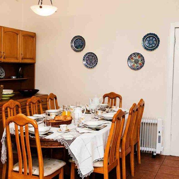 La table de cuisine peut accueillir 7 pour les repas plus informels