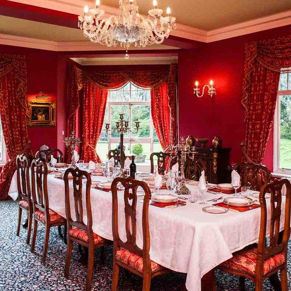La salle à manger offre une vue sur la pelouse
