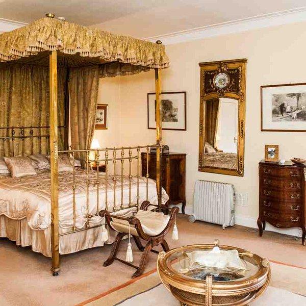 Chambre 2 est en laiton, lit à baldaquin