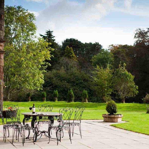 Détendez-vous dans le soleil du matin avec votre café sur la terrasse