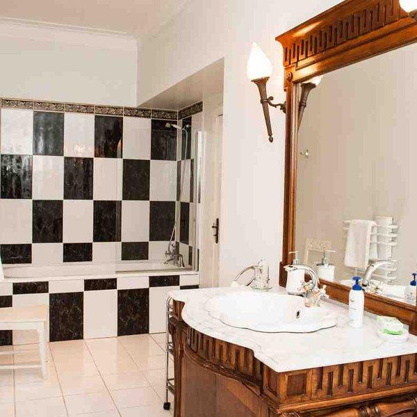La salle de bains attenante à la chambre 2