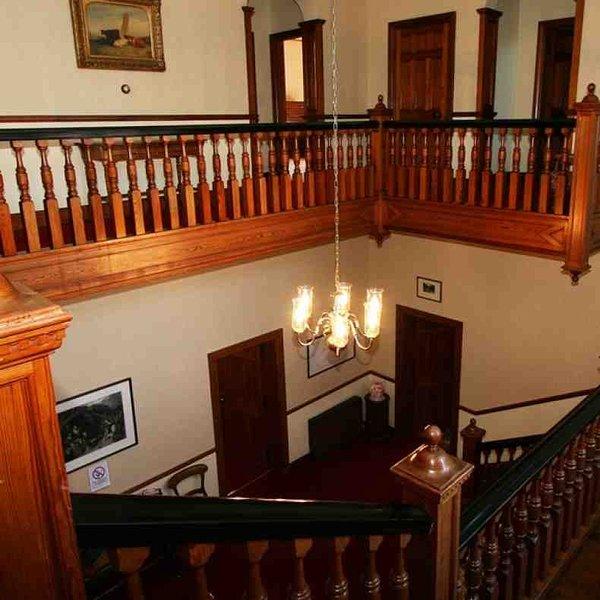 A vista da escada resina de pinheiro
