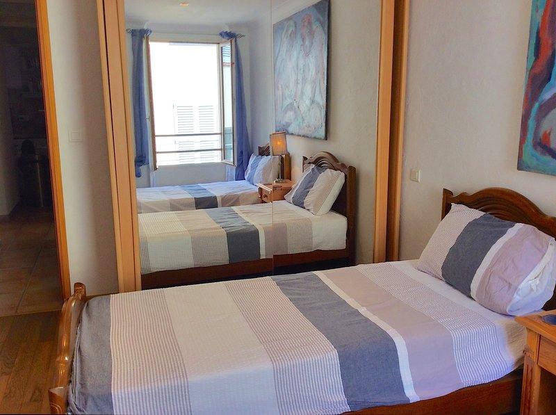 En la planta baja dormitorio con dos camas