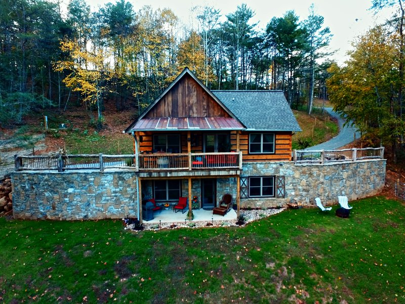Paradise at the Rivers Edge! A Private Waterfront Log Cabin snow ski/fish nearby – semesterbostad i North Carolina Mountains