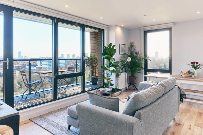 Eine schöne und helle Wohnung mit eigenem Balkon und vielen Pflanzen