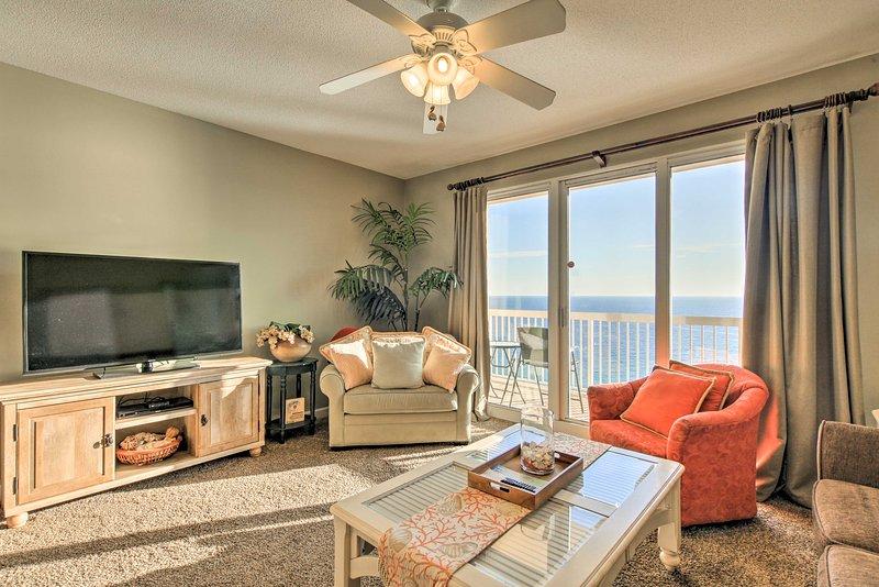 Panama City Beachfront Condo w/Balcony & Pool!, alquiler de vacaciones en Panama City Beach