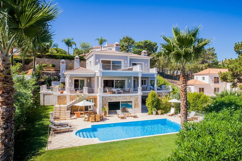 Luxury villa in Quinta do Lago with indoor & outdoor pools, short walk to Lake., alquiler de vacaciones en Faro District