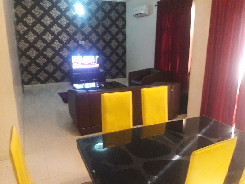 TIPTON HOUSE 2 BEDROOMS DELUXE SUITE, holiday rental in Lagos State