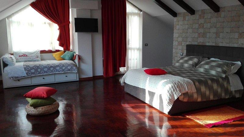 Suite 60 kvm. öppen planlösning vardagsrum badrum med sten badkar och dusch