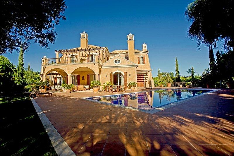 Luxury 5 bedroom villa in Quinta do Lago with private pool., location de vacances à Quinta do Lago