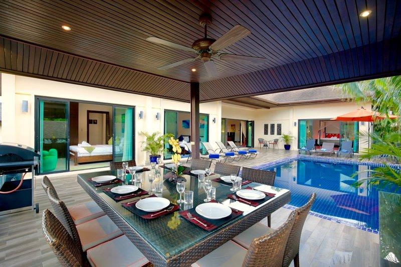 Grande sala da pranzo all'aperto, piscina privata e ampio prendisole completano questa villa di 6 camere da letto, 14 posti letto