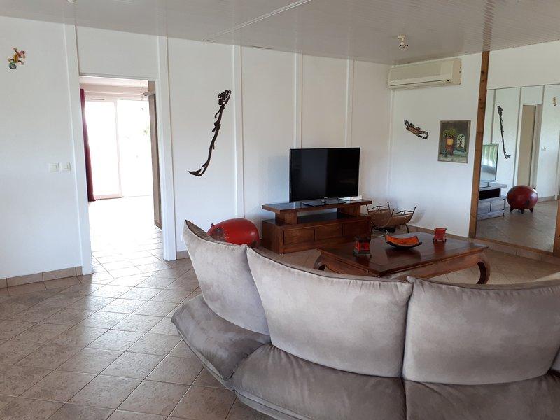 sala de estar y dormitorio principal
