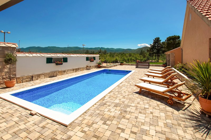 Jasena Majici Villa Sleeps 10 with Pool - 5582105, location de vacances à Vrgorac