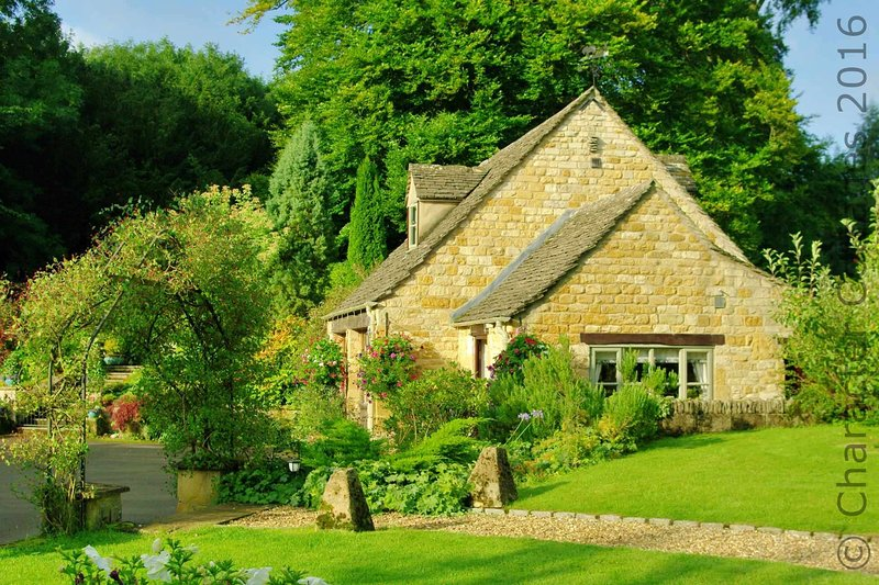 The Furrow is a traditional Cotswold stone cottage in a peaceful village, vacation rental in Temple Guiting