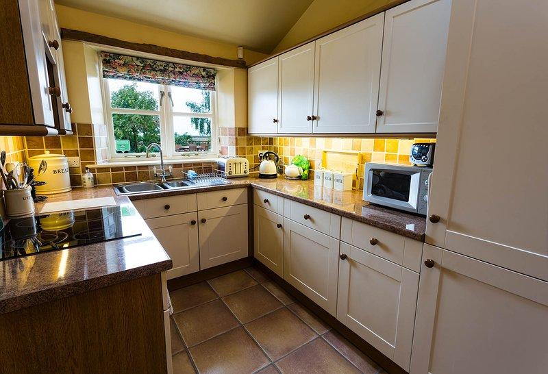 Die voll ausgestattete Küche komplett mit Doppel-Backofen Kühl- / Gefrierschrank und Geschirrspüler.