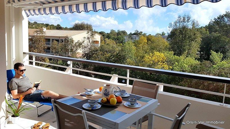 Bel appartement classé 2* décoré avec gout en bord de mer, piscine et parking, holiday rental in Saint-Raphael