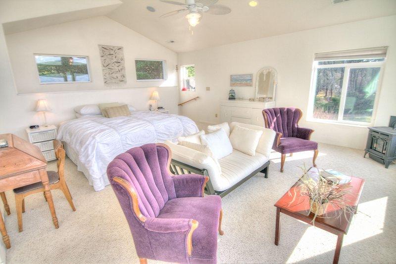 Suíte no segundo andar com espaço para relaxar e recarregar