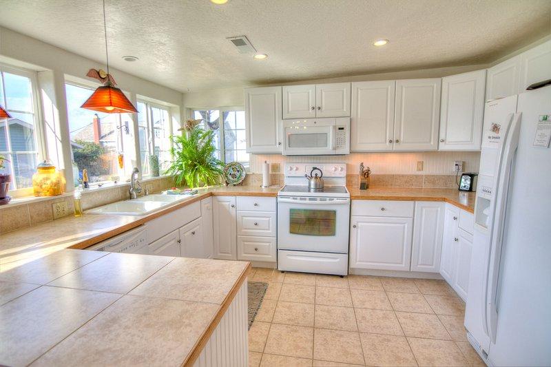 Todos os eletrodomésticos, utensílios, panelas e pratos que você precisa.