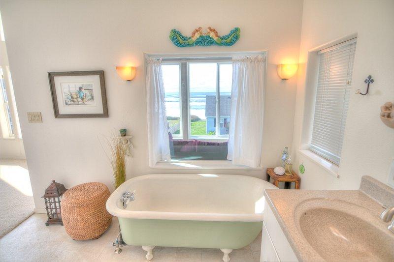 A banheira com pés no banho.