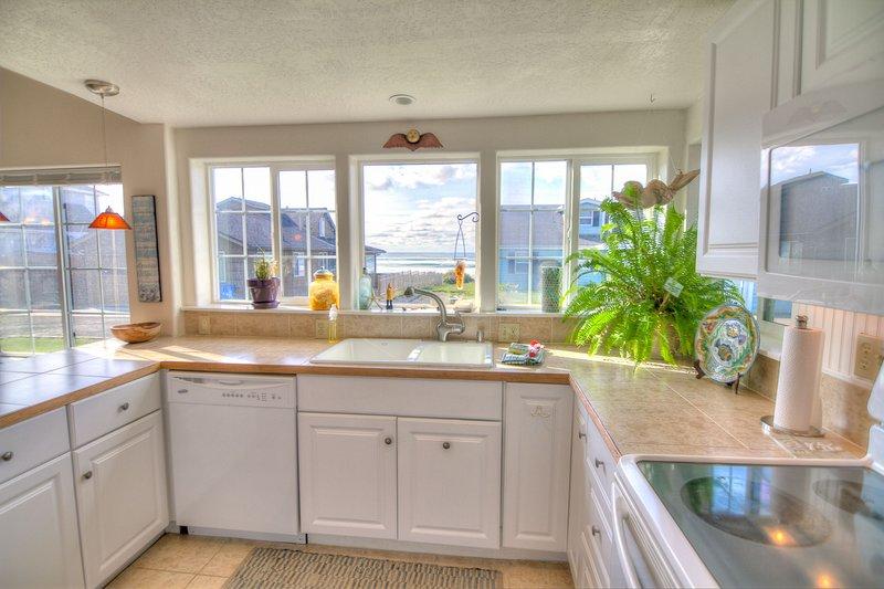 Paredes cheias de janelas proporcionando ampla iluminação natural.