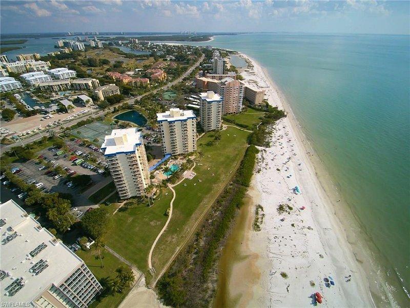 Mit Blick auf alle drei Gebäude am Strand entlang.