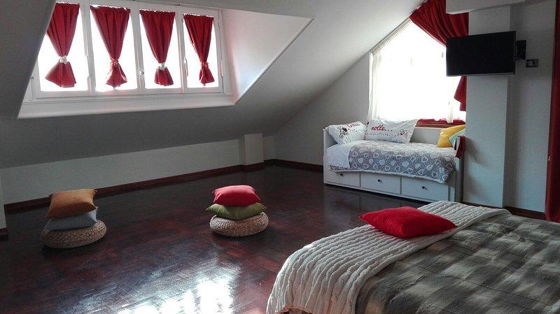 Suite 201, rymmer upp till 4 personer, stora säng + 2 bäddar, 32 tums tv, balkong, eget badrum