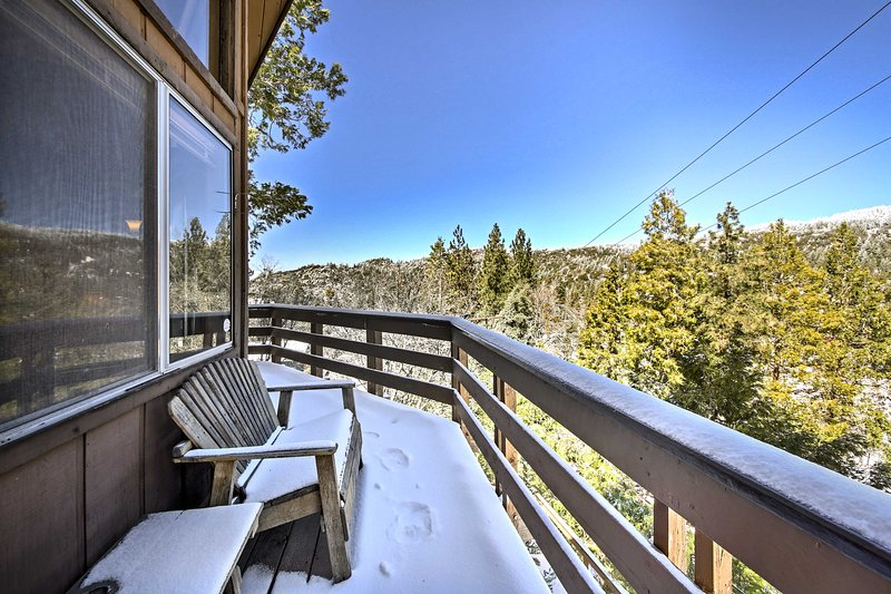Cabin w/Mtn Views & Deck, 5 Min To Arrowbear Lake!, vacation rental in Running Springs